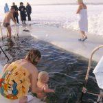 Крещение Господне : окунать ли ребенка в прорубь?