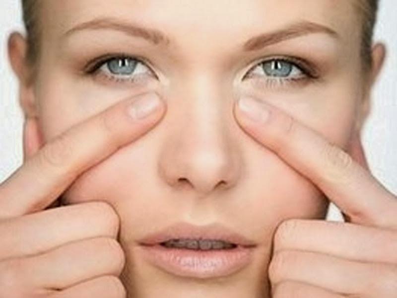 Снимаем отечность кожи вокруг глаз в 10 этапов