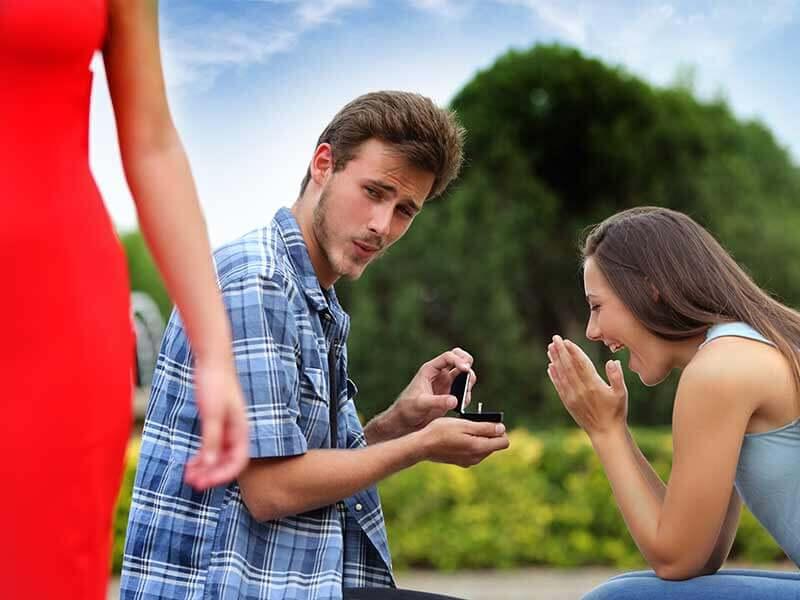 Почему мужчина заглядывается на других женщин и как на это реагировать?
