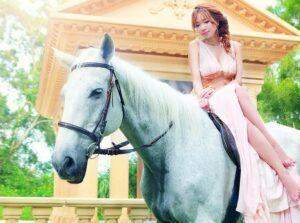 Почему девушки садятся на лошадь боком?