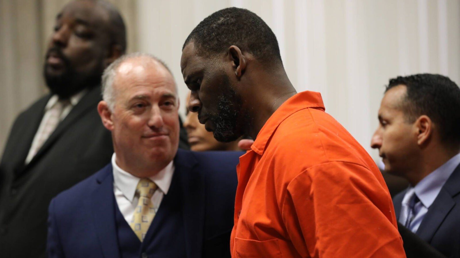 Певца R. Kelly признали виновным в торговле людьми